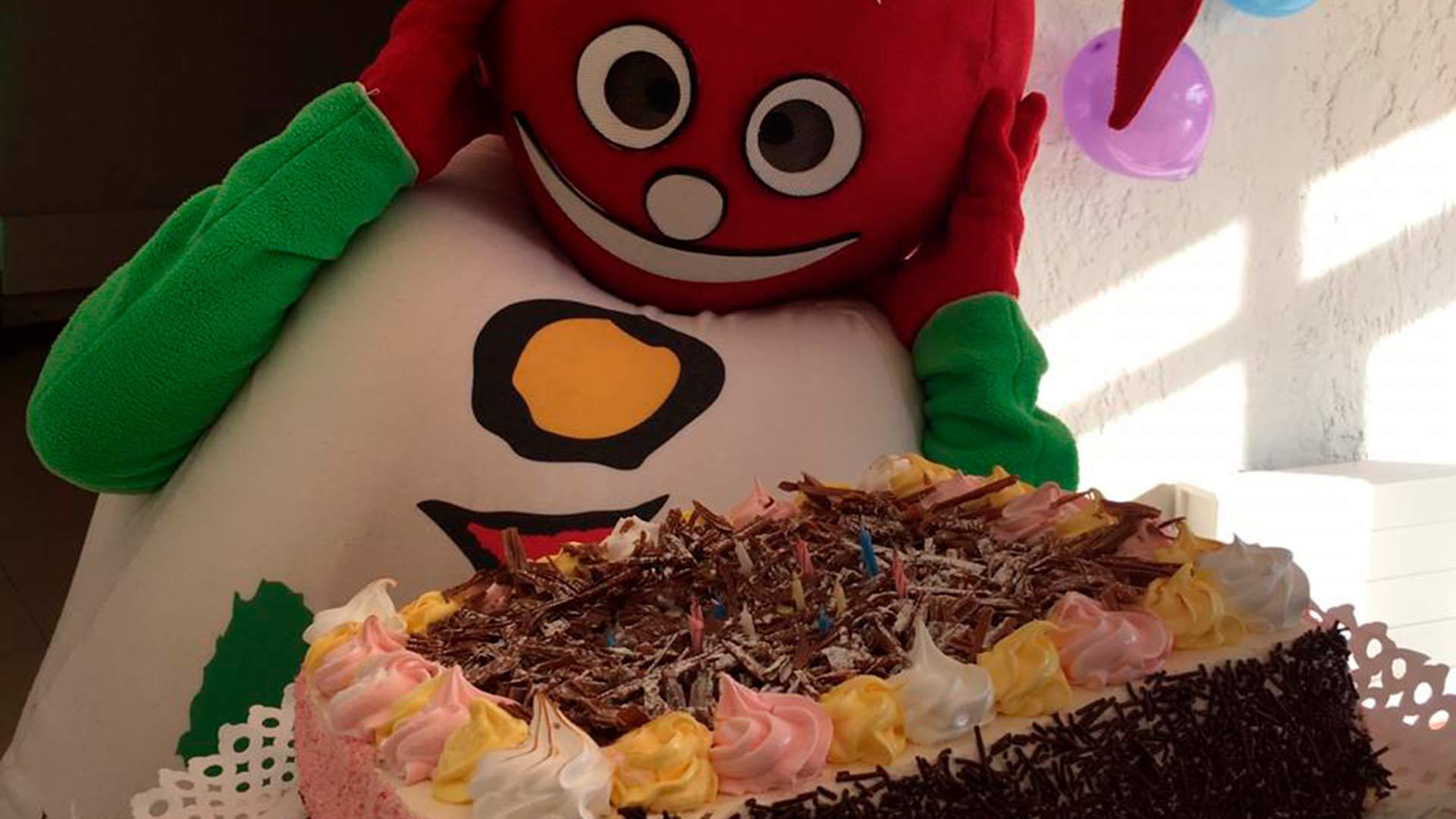 Marbellín emocionado con su torta